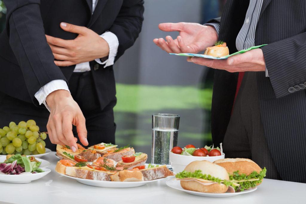 Businessmänner am Buffet - Essfit