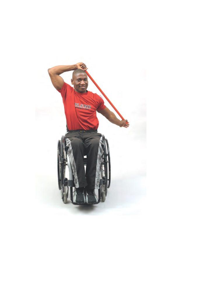 Rollstuhlfahrer trainiert mit Theraband